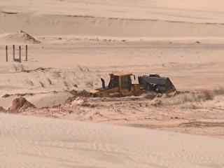 Reportagem mostrada polêmica na retirada de areia das dunas de Imbituba  (Foto: Reprodução/RBS TV)