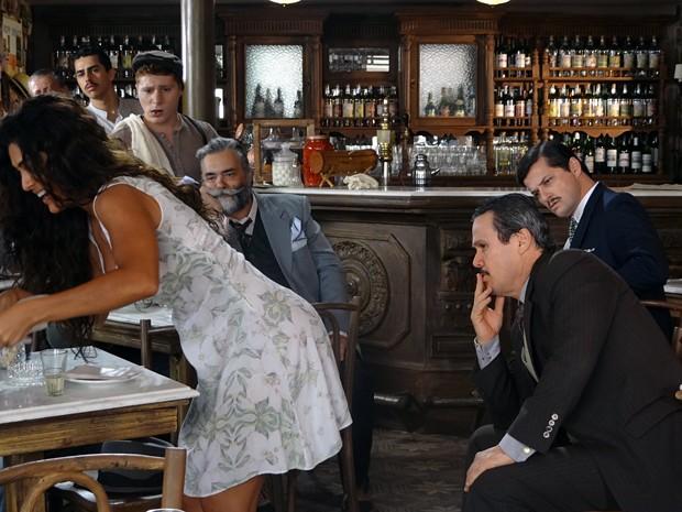 Gabriela causa furor entre os homens do bar (Foto: Gabriela / TV Globo)