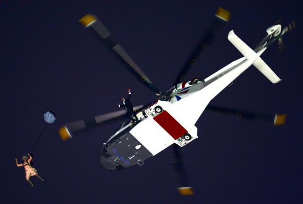 Encenação dá a entender que rainha Elizabeth II pulou de um helicóptero com James Bond (Foto: Getty Images)