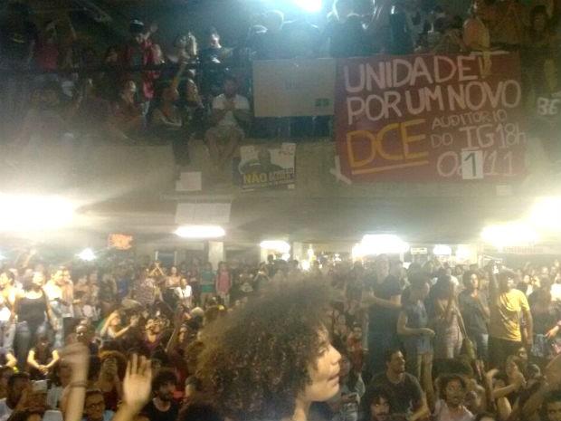Estudantes da Universidade de Brasília (UnB) em assembleia que definiu a ocupação da reitoria, nesta segunda (Foto: Eduardo Meirelles/Arquivo pessoal)