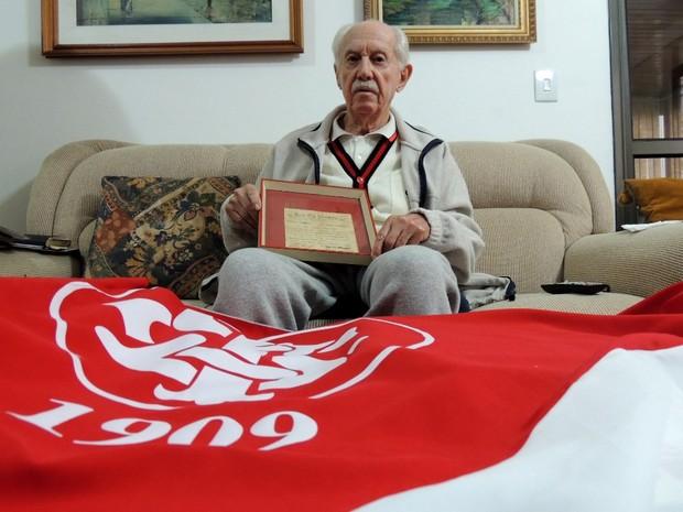 Seu Nestor assistiu aos jogos da Copa de 1950 nos Eucaliptos (Foto: Lucas Rizzatti/Globoesporte.com)