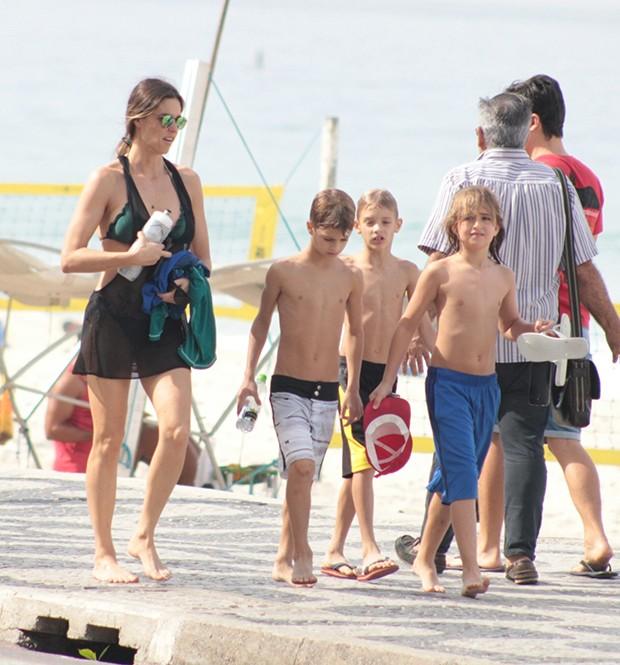 Fernanda Lima passeia com os filhos (Foto: J.C. Pereira/ Agnews)