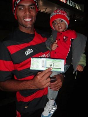 Bruno Mendonça e o filho no Rio, indo para um jogo de basquete do Flamengo (Foto: Arquivo Pessoal)