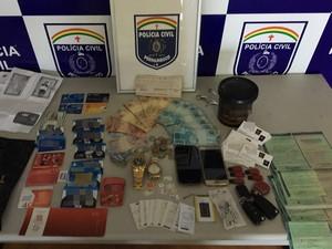 Vários materiais foram apreendidos com suspeito de estelionato (Foto: Divulgação/ Polícia Civil)
