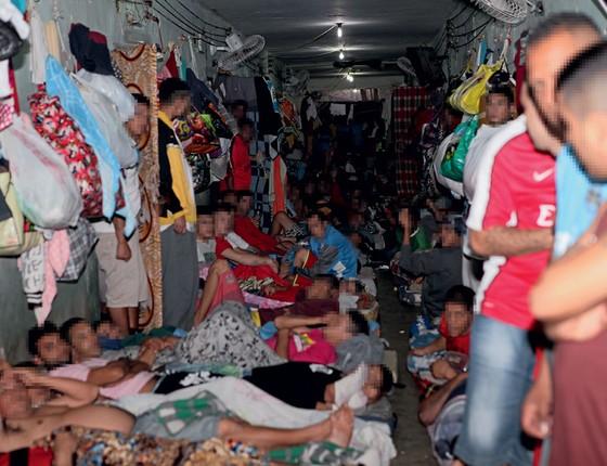 Detentos no Presídio Central de Porto Alegre.As grades foram derrubadas (Foto: Sidinei  Brzuska)