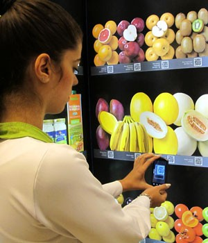 Compra na vitrine virtual do Pão de Açúcar é feita ao posicionar o celular em frente ao código do produto (Foto: Laura Brentano/G1)