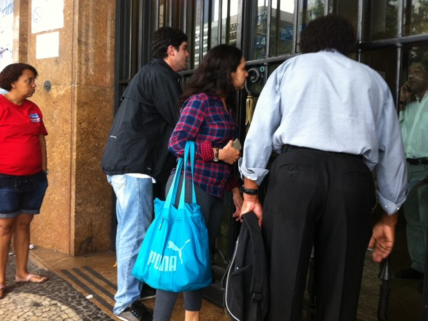 Candidatos atrasados imploram para fazer prova da OAB (Foto: Aline Pollilo/G1)