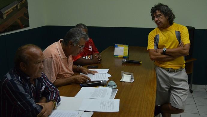 Diretor de futebol do Andirá, Afonso Alves (em pé) entregou documento que solicitava impugnação da eleição  (Foto: Duaine Rodrigues)