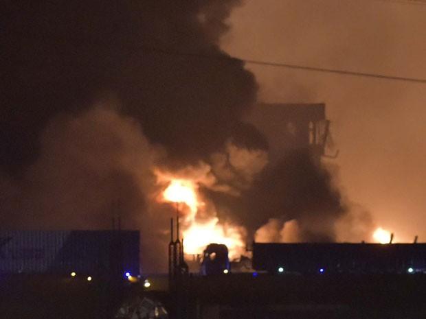 Fumaça e fogo são vistos após explosão na cidade chinesa Tianjin (Foto: Yue Yuewei/Xinhua via AP)
