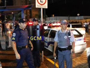 Briga envolvendo moradores e guardas municipais aconteceu durante réveillon, na Praça Coronel Jordão, em Itararé (Foto: Milton Luís Komnicki)