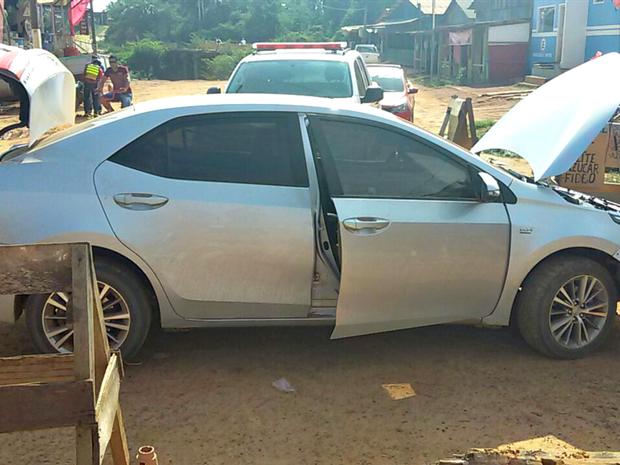 Carro foi recuperado pela polícia boliviana, nesta quinta-feira (6) (Foto: Divulgação/PM-AC)