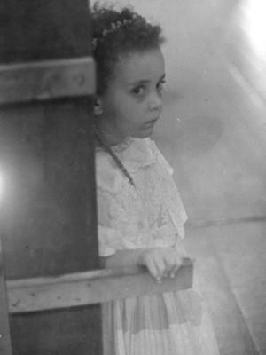 A atriz em um registro de infância. Ela pisou nos palcos pela primeira vez ao cinco anos (Foto: Rejane Carneiro/Divulgação)