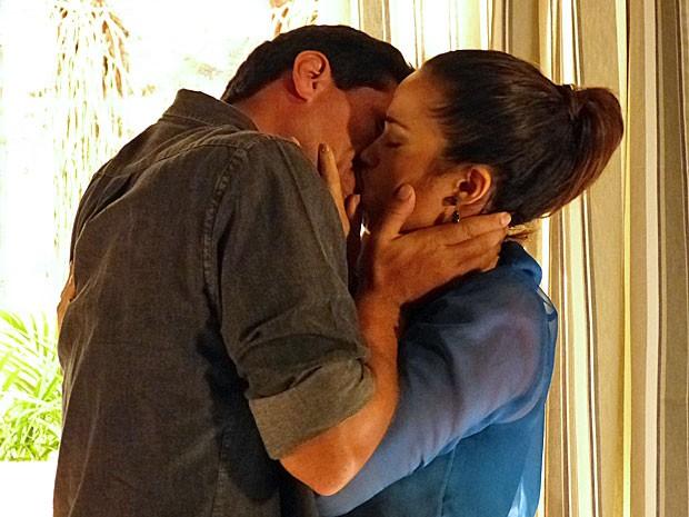 Théo e Morena se beijam após discutirem (Foto: Salve Jorge/TV Globo)