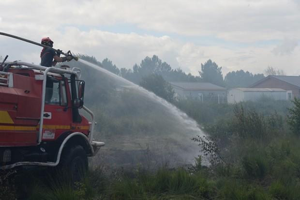 Bombeiros combatem incêndio na França neste sábado (Foto: AFP Photo/Mehdi Fedouach)