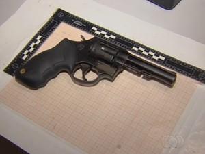 Arma apreendida com o vigilante e suposto serial killer Tiago da Rocha, em Goiânia, Goiás (Foto: Reprodução/TV Anhanguera)