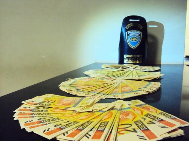 Notas de R$ 20 falsas estavam em meias entre quatro poltronas (Foto: Polícia Rodoviária/Divulgação)