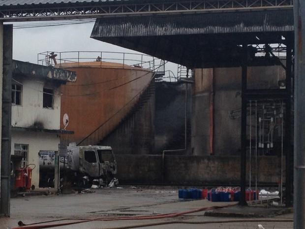 Depósito de combustíveis em Caxias começou a pegar fogo na quinta-feira (23). (Foto: Cristiane Cardoso/G1)