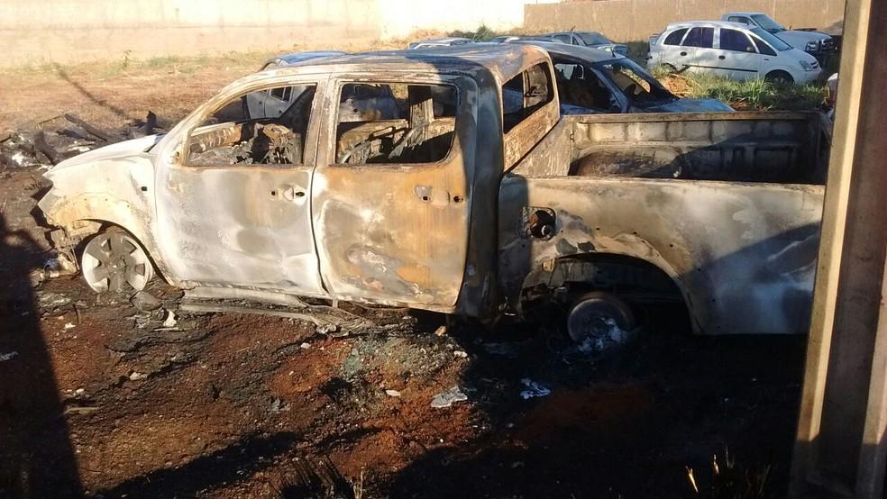 Veículos estavam em um terreno baldio (Foto: Corpo de Bombeiros/Divulgação)