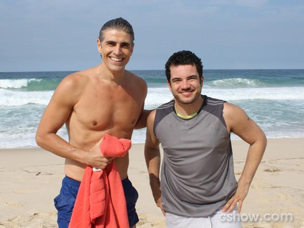 Thiago Rodrigues posa ao lado de Gianecchini após o mergulho  (Foto: Em Família/TV Globo)