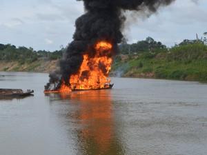 Funcionário estava descarregando quando a balsa explodiu, diz Bombeiros  (Foto: Anny Barbosa/G1)