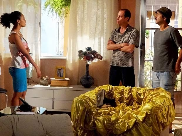 Penha nem acredita quando Sandro e o agiota dão as caras (Foto: Cheias de Charme / TV Globo)