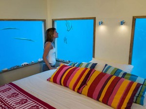 Mulher observa peixes pela janela do quarto (Foto: Jesper Anhede/Genberg Art UW Ltd/Divulgação)