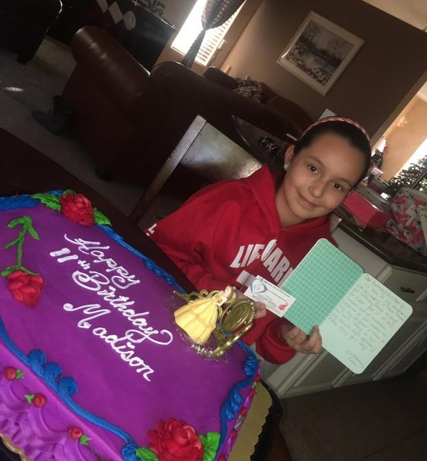 Madison, seu bolo de aniversário e o bilhete de Ashley (Foto: Reprodução Twitter)