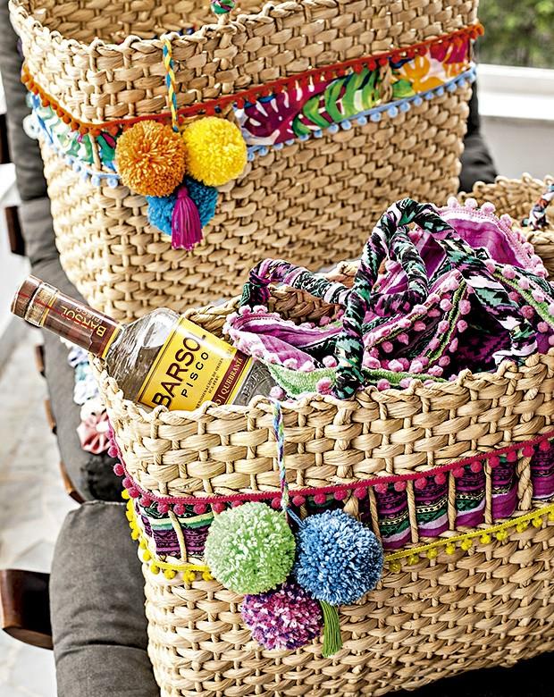 • O pisco, bebida nacional do Peru, foi o mimo do dia, embalado na sacolinha de palha Tatiana Boschilia, decorada comgrelots e pompons (Foto: Elisa Correa/Editora Globo)