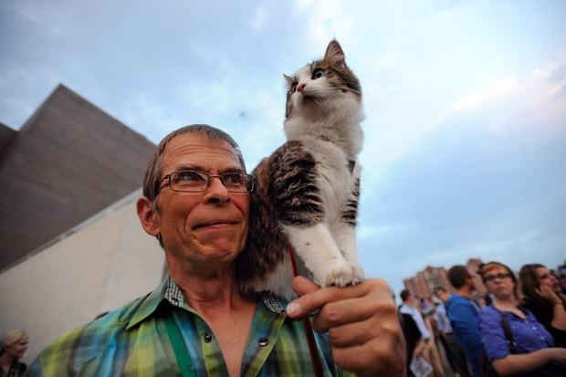 Leroy Bergstrom, de Maple Plain, Minnesota, foi ao festival com seu gato Maestro (Foto: Craig Lassig/AP)