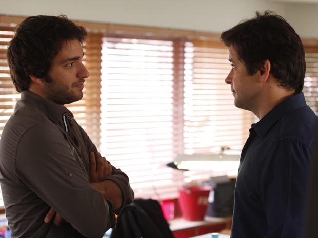 Jonas pede para falar em particular com o hacker (Foto: Raphael Dias/TV Globo)