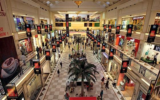 PROBLEMA? Um shopping center em Nova Délhi, na Índia.  A desigualdade aumentou e a pobreza caiu, ao mesmo tempo (Foto: Manish Swarup/AP)