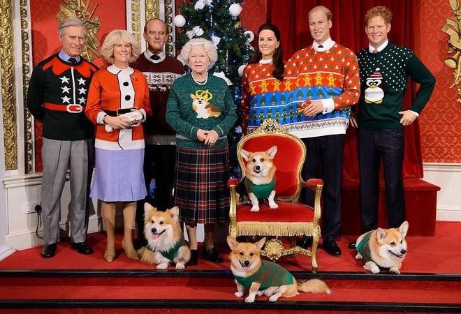 Família real veste suéter natalino no Madame Tussauds de Londres (Foto: Divulgação)