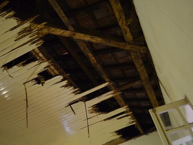 Forro caiu em sala do Museu Histórico de Ribeirão Preto (Foto: Rodolfo Tiengo/G1)