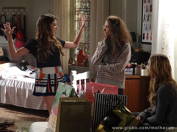 Micaela e Sofia compram roupas novas para Micaela (Foto: Malhação / TV Globo)
