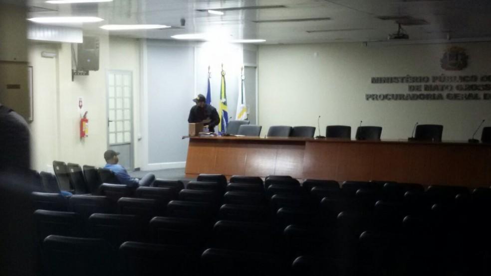 Conduzidos na operação foram levados para a sede da Procuradoria Geral de Justiça, no MPE, em Cuiabá (Foto: Luiz Gonzaga Neto/TVCA)