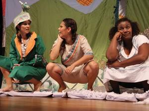 Cena do espetáculo Bem do seu Tamanho, do grupo Núcleo Caboclinha (Foto: Edu Silva/arquivo pessoal)
