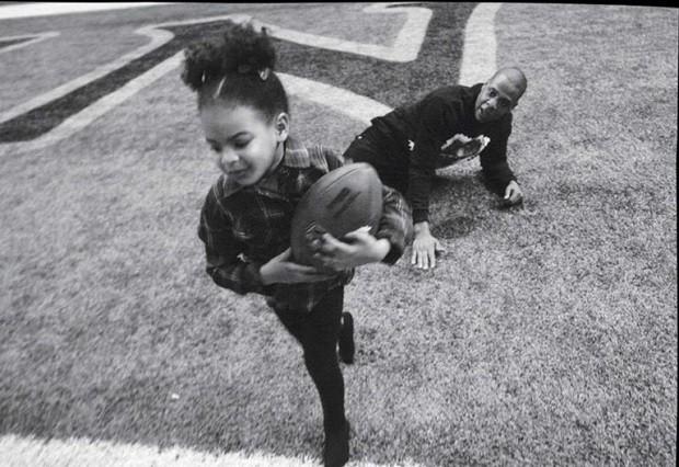 Blue Ivy e Jay Z brincam em momento família  (Foto: Divulgação)