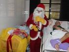 Menina em tratamento contra o câncer ganha visita do Papai Noel no hospital
