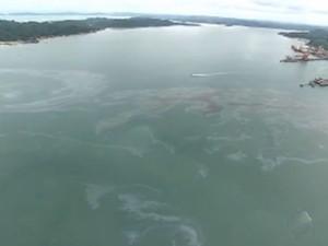Mancha aparece em mar após incêndio que atingiu navio na Bahia (Foto: Reprodução / Tv Bahia)