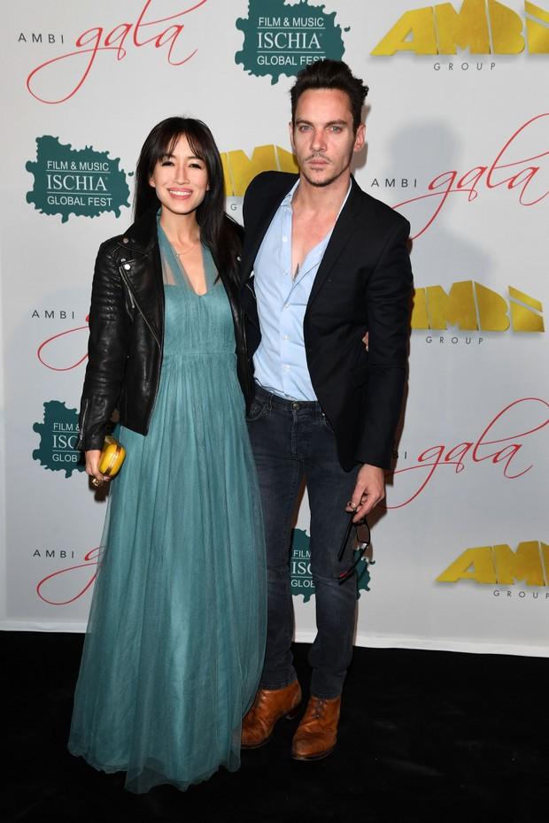 Jonathan Rhys Meyers e Mara Lane (Foto: Getty Images)