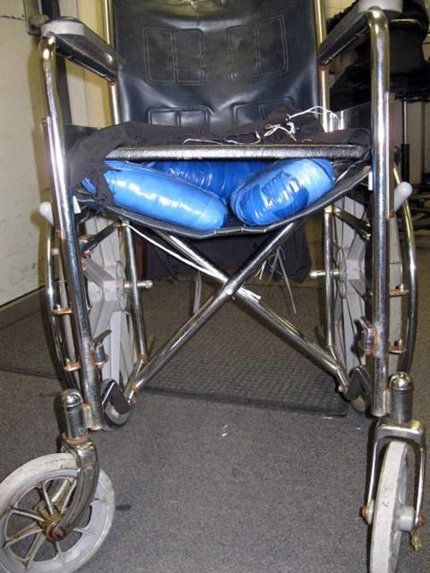 Em abril de 2011, um jovem de 19 anos foi preso na fronteira dos EUA e México após ser flagrado pela polícia transportando maconha em uma cadeira de rodas. O homem fingiu ser portador de deficiência para poder entrar com a droga nos Estados Unidos. (Foto: AP)