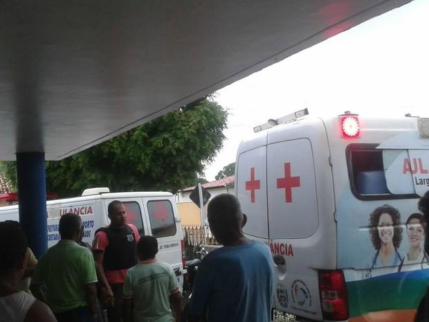 Suspeitos baleados deram entrada no hospital de Barras e um morreu (Foto: Orlando Paiva )