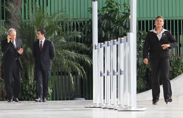 O ministro Ricardo Lewandowski ao telefone celular após deixar o plenário do STF (Foto: Wilson Pedrosa / Agência Estado)