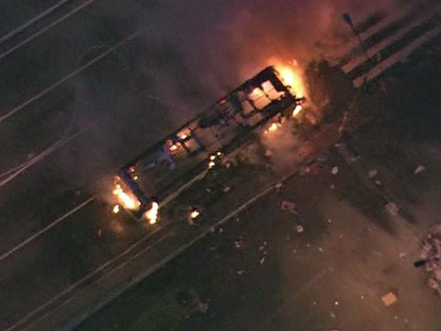 Ônibus é incendiado durante protesto na região central de SP (Foto: Reprodução/TV Globo)