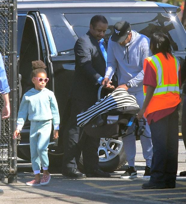 Blue Ivy, Jay-Z e um dos gêmeos (Foto: The Grosby Group)