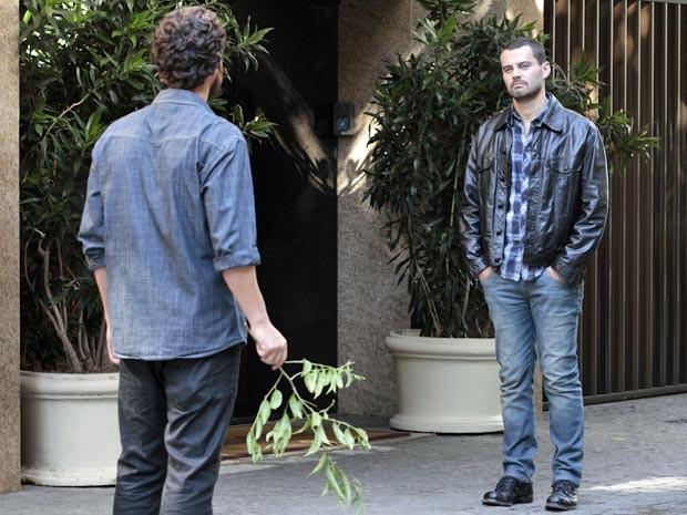 Fernando banca o espião e morre de ciúme ao ver Miriam sair com Rodrigo (Foto: Divulgação/TV Globo)