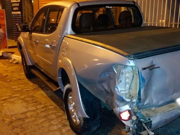 Picape foi atingida na área traseira e ficou parcialmente danificada (Foto: Carlos José / Voz da Bahia)