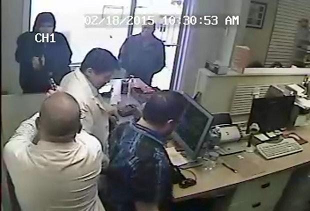 Momento em que farmacêutico disparou contra assaltante foi registrado pelas câmeras de segurança (Foto: Kanawha County Sheriff/Divulgação)