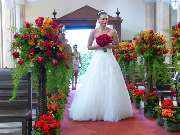 Mesmo após decepção, a morena caminha como uma noiva (Foto: Carolina Morgado / Alto Astral)