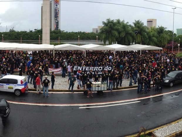 Policiais se reúnem na Rua da Aurora, região central do Recife. (Foto: Ana Regina / TV Globo)